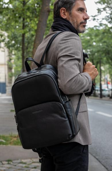 Homme d'affaires avec un sac a dos en cuir noir