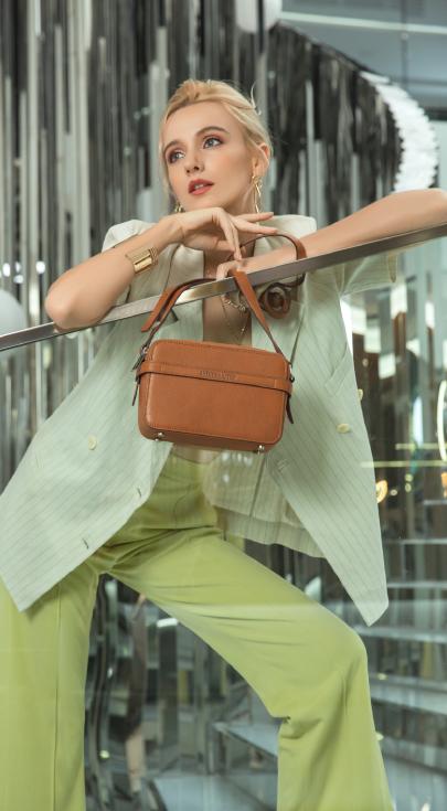 Femme avec une pochette marron